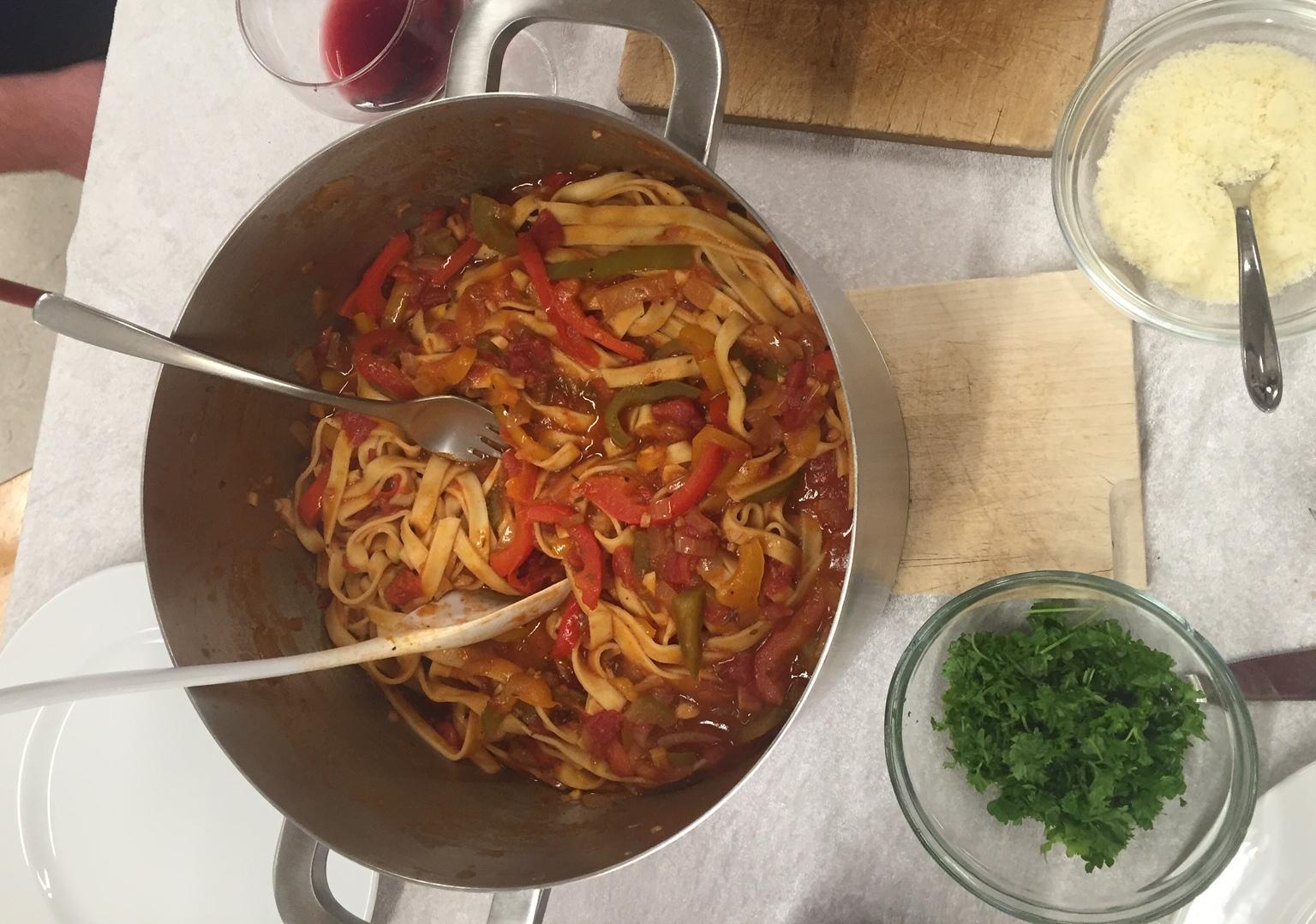 Spaghetti med parmaskinke og peberfrugt